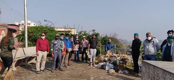 रिवर कनेरिवर कनेक्ट केम्पेन के सदस्यों ने यमुना नदी से खंडित मूर्तियां, पूजा सामिग्री एकत्रित करके तलहटी को साफ़ किया