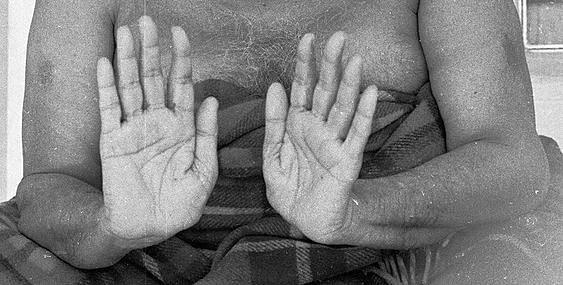 नीब करौरी बाबा की अनंत कथाएँ: हाथों को मलकर अचानक पूडीयों की उत्पत्ति