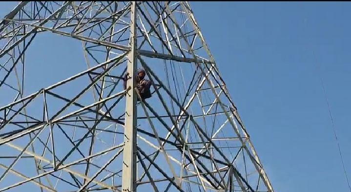 मैनपुरी: खेत में बिजली का टावर लगने का मुआवज़ा न मिलने पर आत्महत्या करने टावर पर चढ़ा किसान