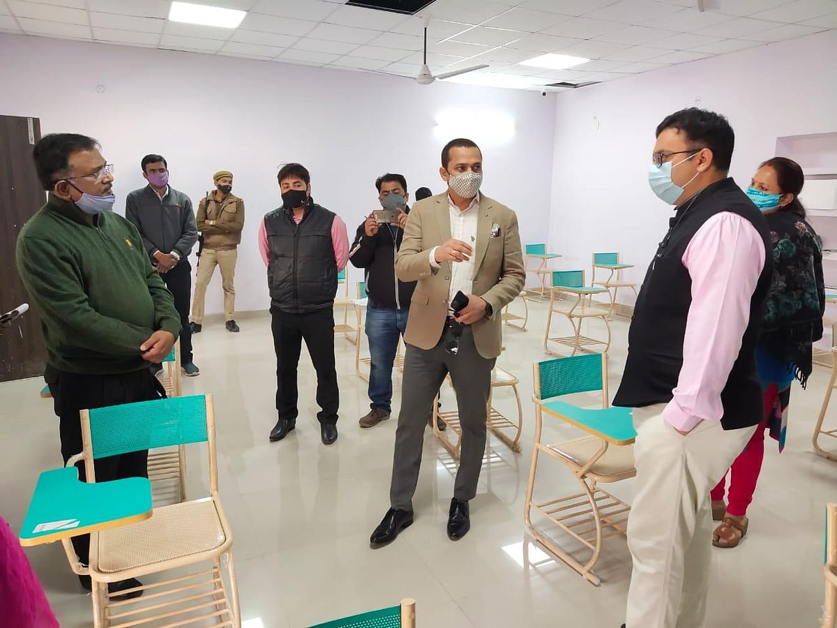 Kanpur Divisional Commissioner Visits Three Smart Class Project Running City Schools