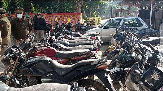 मैनपुरी पुलिस के हाथ लगी बड़ी सफलता, 69 चोरी की बाइक बरामद और चोर गिरफ़्तार