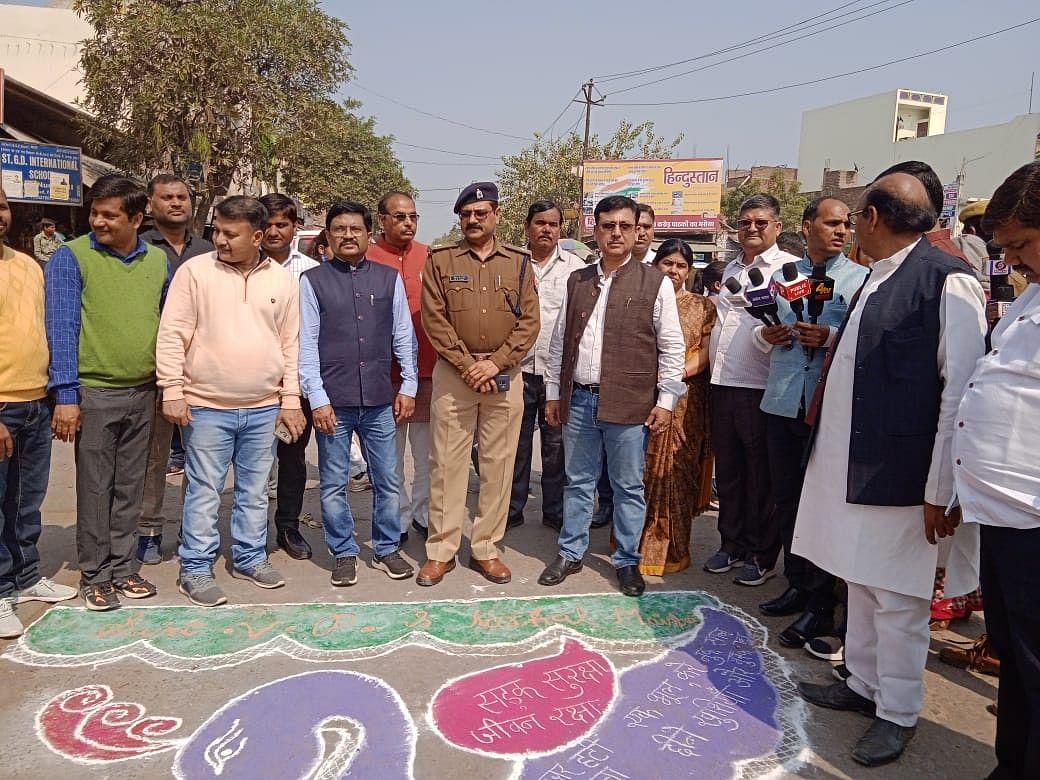 मैनपुरी में यातायात माह का समापन, सड़क सुरक्षा रैली का आयोजन किया गया