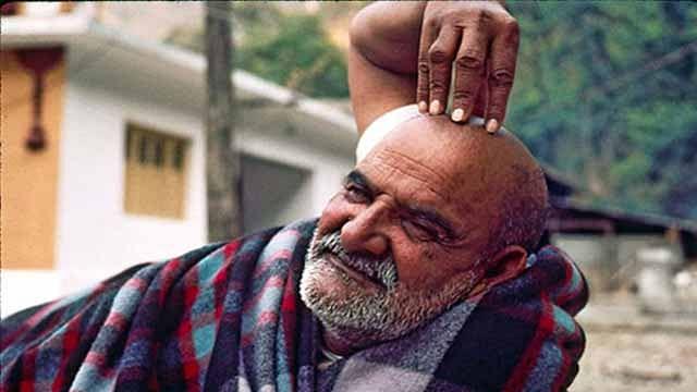 नीब करौरी बाबा की अनंत कथाएँ: अचानक पत्थर उठाने को कहा, नीचे से निकला खर्चा!