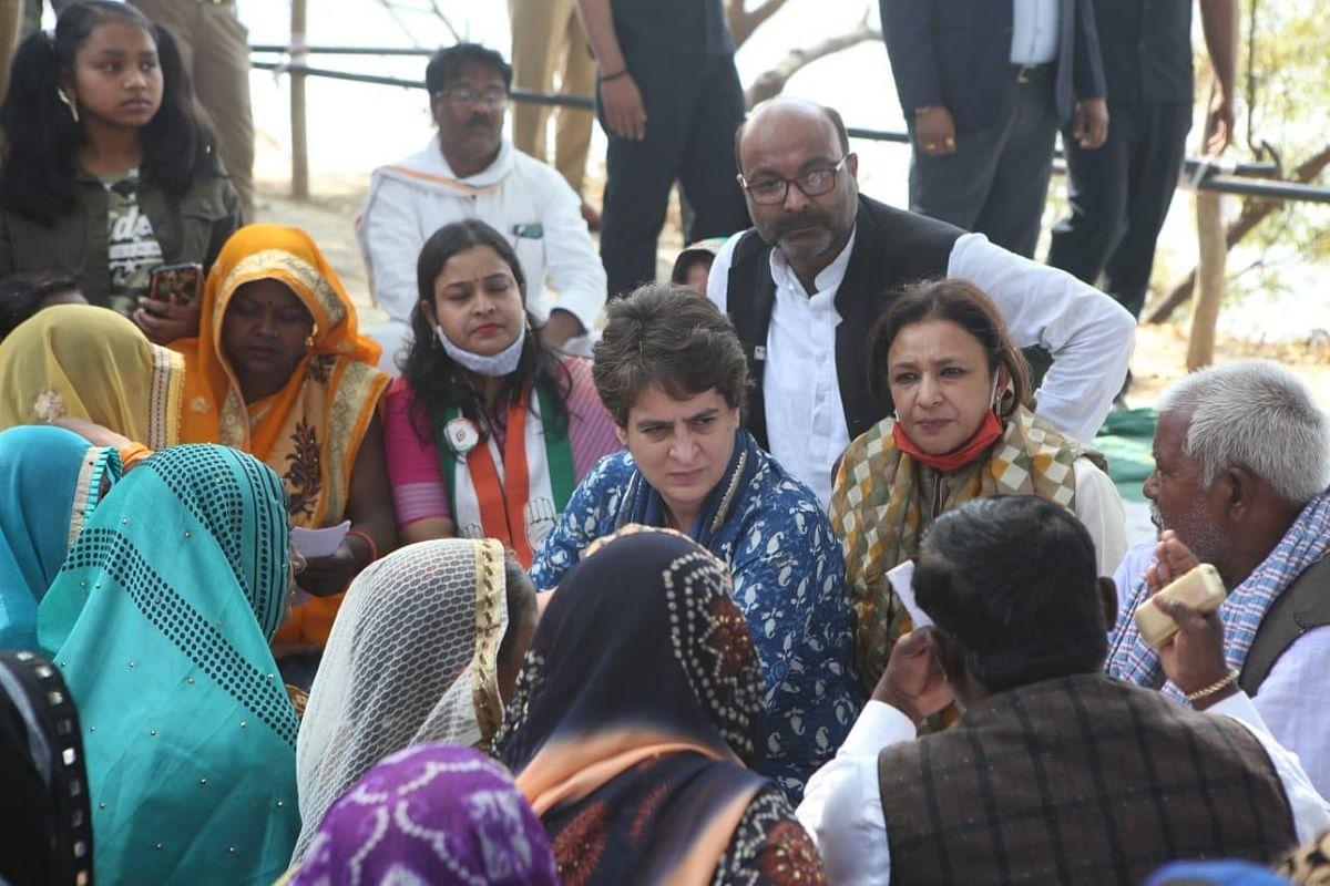 प्रयागराज में टूटी नावों तक गांव की निषाद महिलाओं के साथ पहुंची प्रियंका गांधी