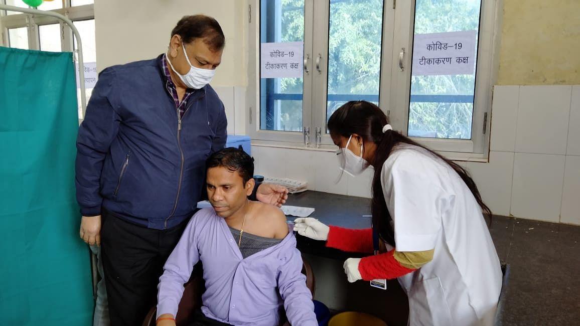 मैनपुरी में कोविड-19 वैक्सीन का जिलाधिकारी को लगा टीका