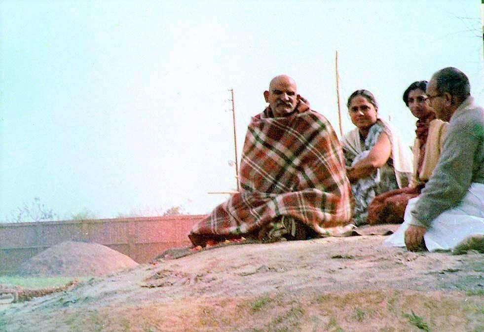 नीब करौरी बाबा की अनंत कथाएँ: हार्ट अटैक आए भक्त को वापस जीवन दिया, कहा इसे क्यूँ ले आए!!
