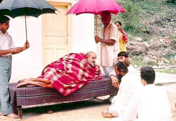 नीब करौरी बाबा की अनंत कथाएँ: कम्बल के नीचे से निकले पराठे, खा लो ये राम का प्रसाद है!