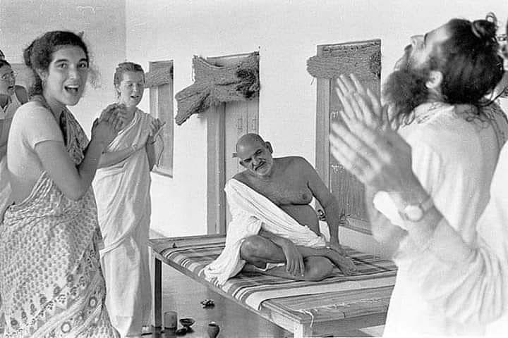 नीब करौरी बाबा की अनंत कथाएँ:  महाराज जी के दरबार में हास-परिहास, सीख उक्त दृष्टान्तों की भरमार