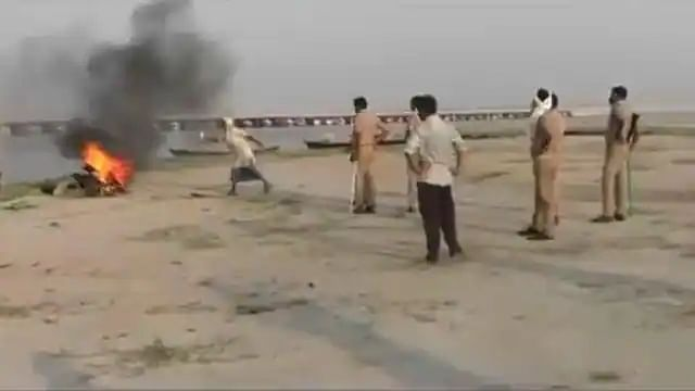 Cops Burn Abandoned Bodies In Ballia By Putting Tyres And Petrol On Pyre, Five Suspended After Outrage