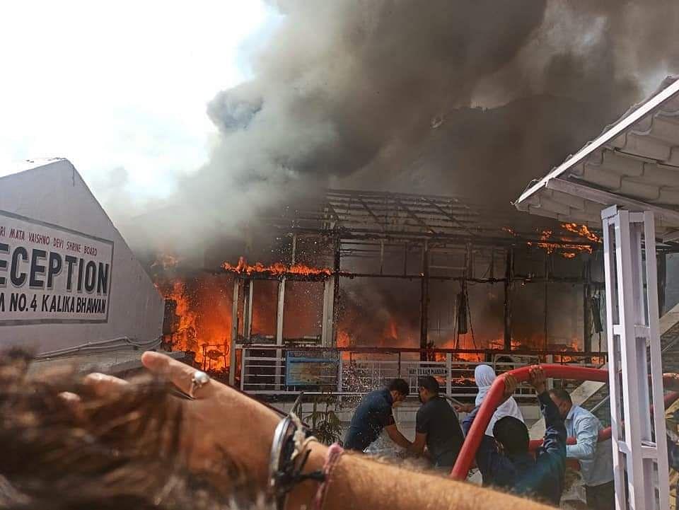 माता वैष्णो देवी परिसर में कल रात भीषण आग लगी, कैश काउंटर जल कर खाख