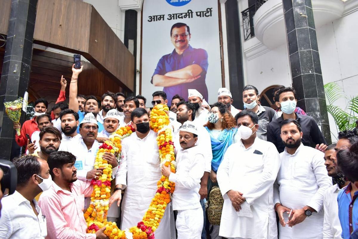 बसपा के पूर्व जोनल क्वार्डिनेटर अजीत श्रीवास्तव, पत्रकार रोहित सक्सेना और किन्नर नेता पायल सिंह ने थामा AAP का दामन