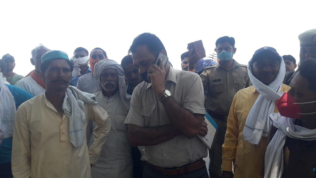 People Protest Against Water Shortage In Etah Village, Police Threatens Them With FIR