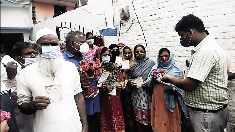 Muslim Family Of Sixteen Shrugs Fear, Take COVID Jab In UP's Bahraich