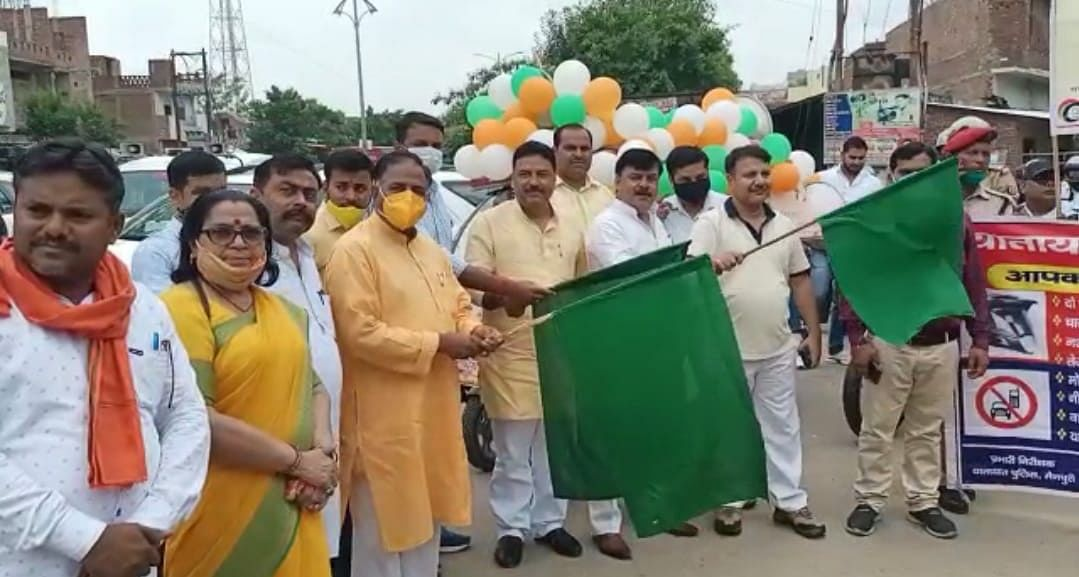 मैनपुरी में सड़क सुरक्षा सप्ताह का शुभारंभ शहर के लोहिया पार्क से किया गया
