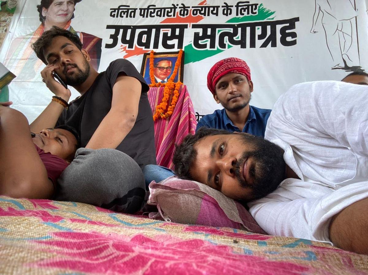 पलिया में दलित पीड़ितों के न्याय के लिए कांग्रेसियों उपवास का दूसरा दिन