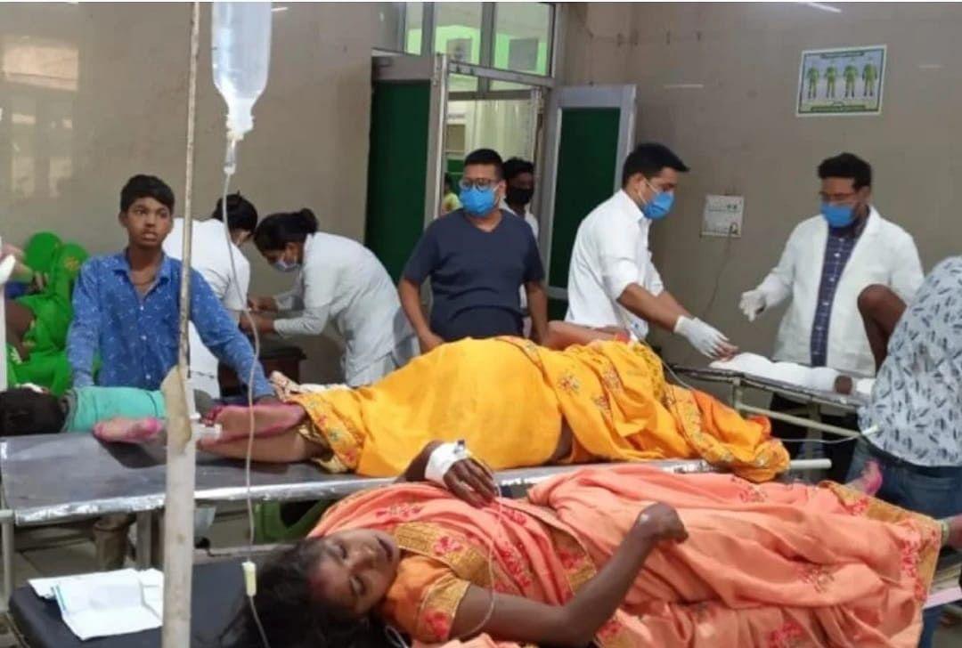 मैनपुरी में टेम्पो पलटने से एक ही परिवार के 13 लोग घायल, तीन सैफई रेफर