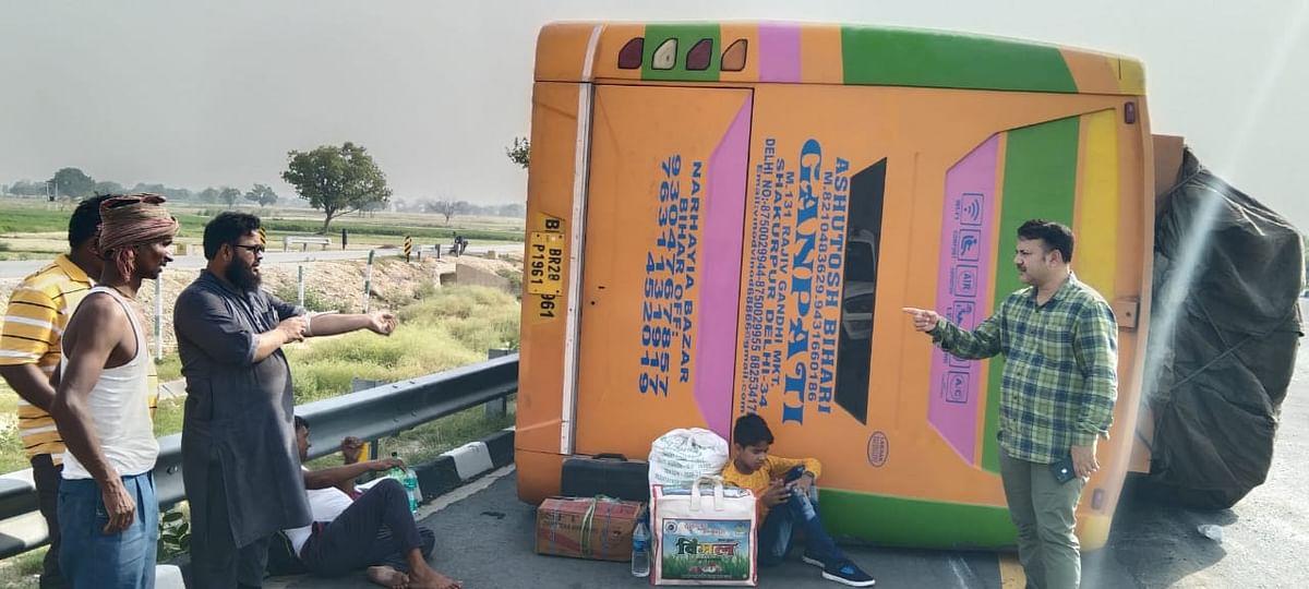 मैनपुरी में सड़क हादसा: आगरा-लखनऊ एक्सप्रेसवे पर डिवाइडर से टकराकर पलटी बस, 50 यात्री घायल