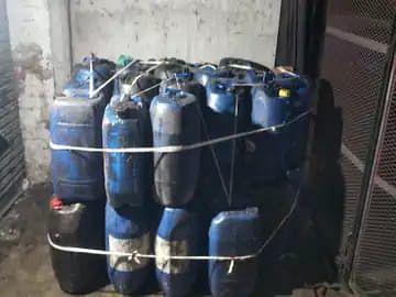 फतेहपुर में जले इंजन ऑयल और केमिकल से बनाते थे सरसों का तेल, 1500 लीटर तेल बरामद किया