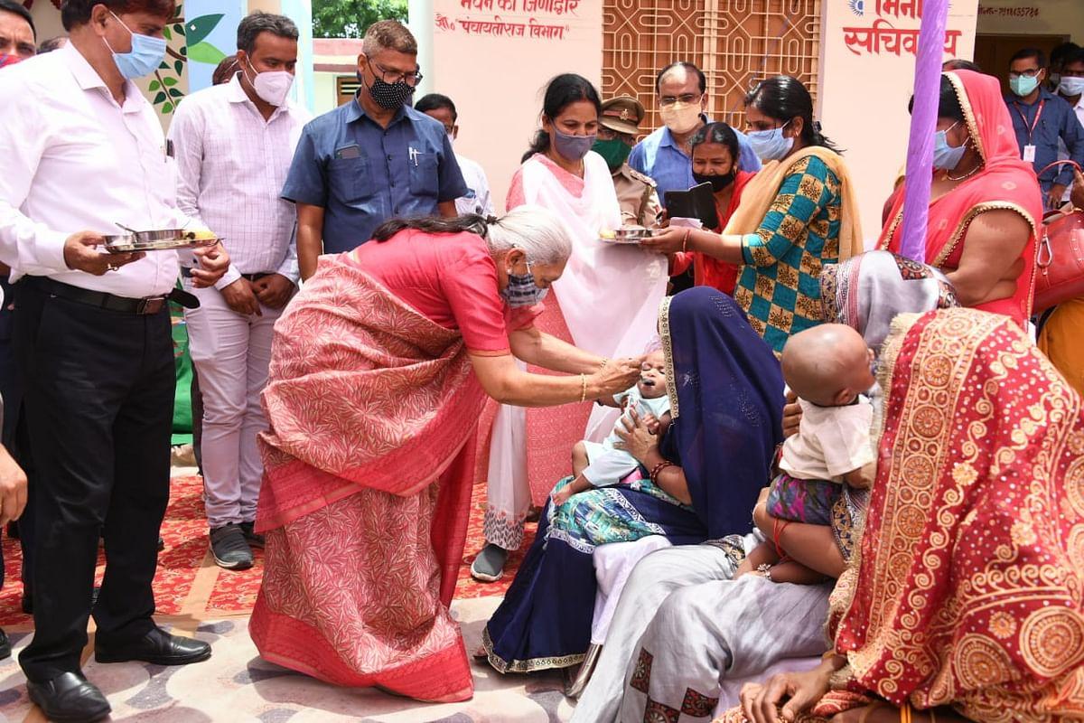 राज्यपाल आनंदीबेन पटेल ने वाराणसी में गोद भराई तथा अन्नप्रासन कार्यक्रमों में सहभाग किया