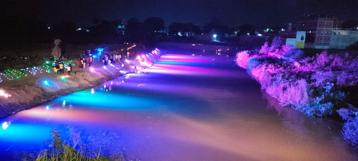 मैनपुरी में स्वतंत्रता दिवस की शाम रोशन हुए ईशन नदी के घाट, डीएम की पहल पर लोगों ने किया दीपदान