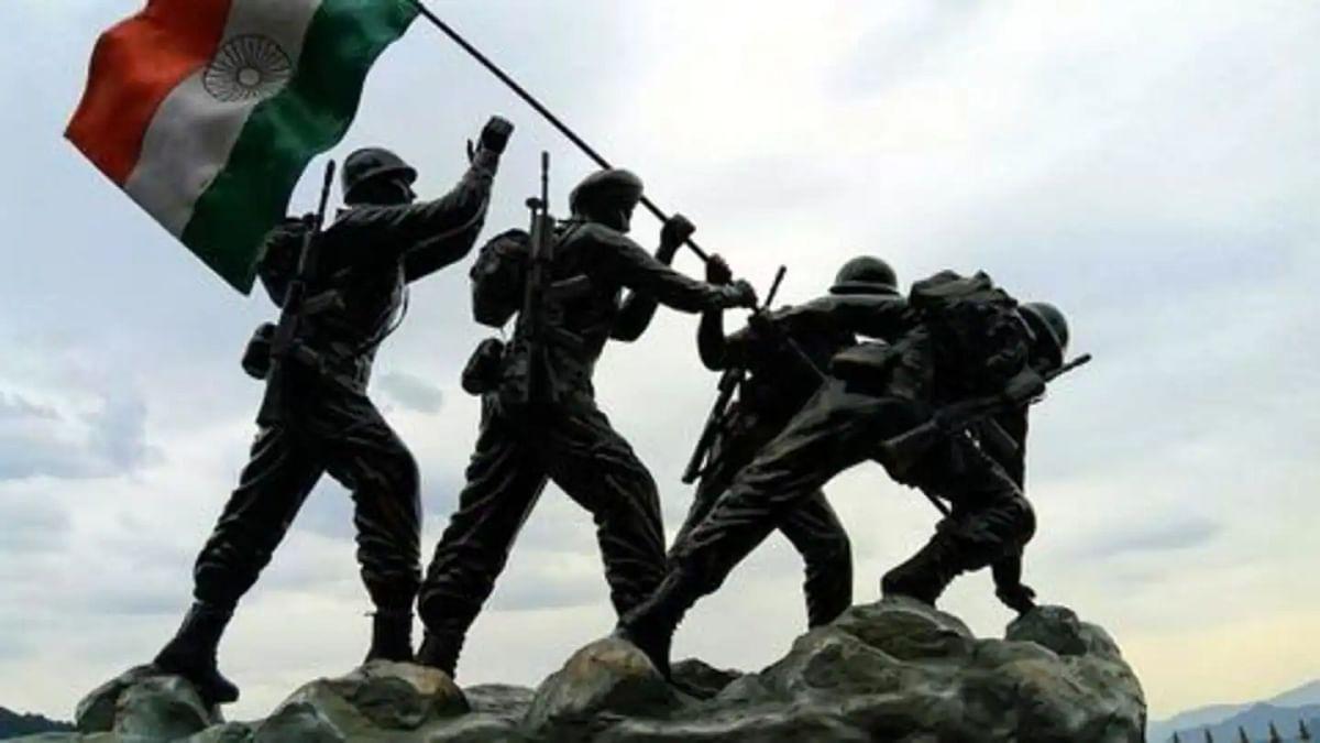 लखनऊ सैन्य साहित्य सम्मेलन में शहीदों की याद में भाव विभोर वक्ताओं ने अनोखे तरीके से प्रकट की अपनी भावनाएं