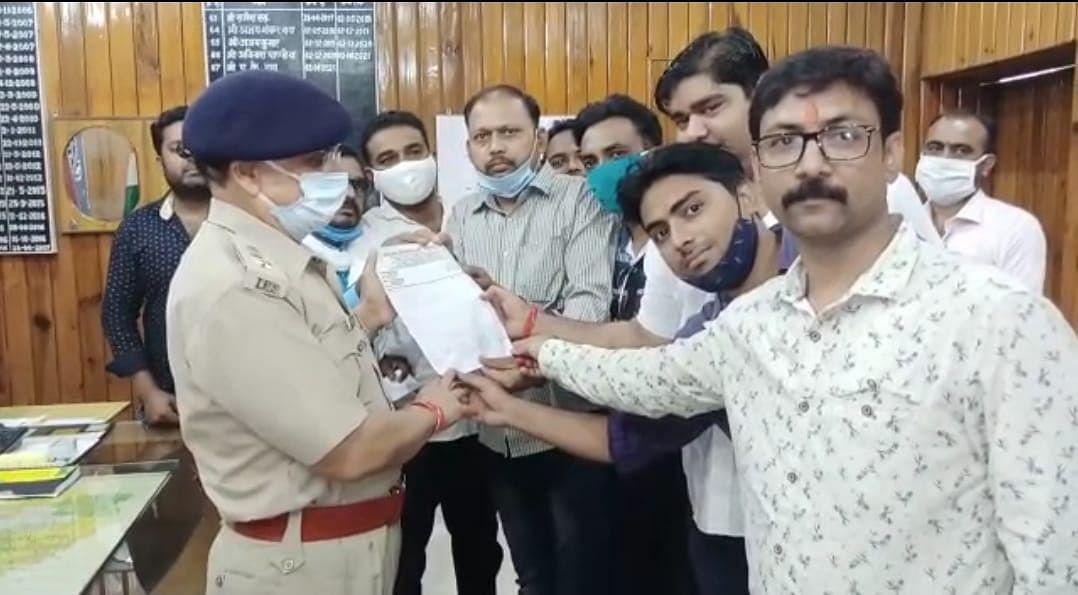 मैनपुरी में पत्रकार पर हुए जानलेवा हमले व लूटपाट से पत्रकारों में आक्रोश, अभियुक्तों की गिरफ़्तारी की माँग
