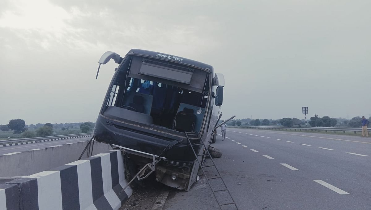 A Dozen Injured As Bus Rams Into Divider On The Agra-Lucknow Expressway