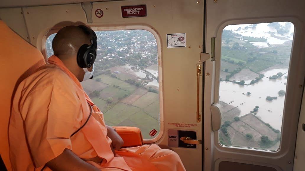 मुख्यमंत्री योगी आदित्यनाथ ने इटावा में किया बाढ़ प्रभावित क्षेत्र का हवाई सर्वेक्षण, जनता को बांटी राहत सामग्री
