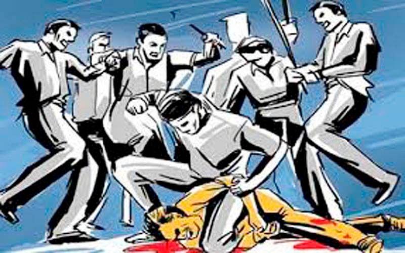 मैनपुरी में अस्पताल के बाहर कोविड वैक्सीन की पर्ची पर अवैध वसूली करने वालों का विरोध करने पर युवक की पिटाई