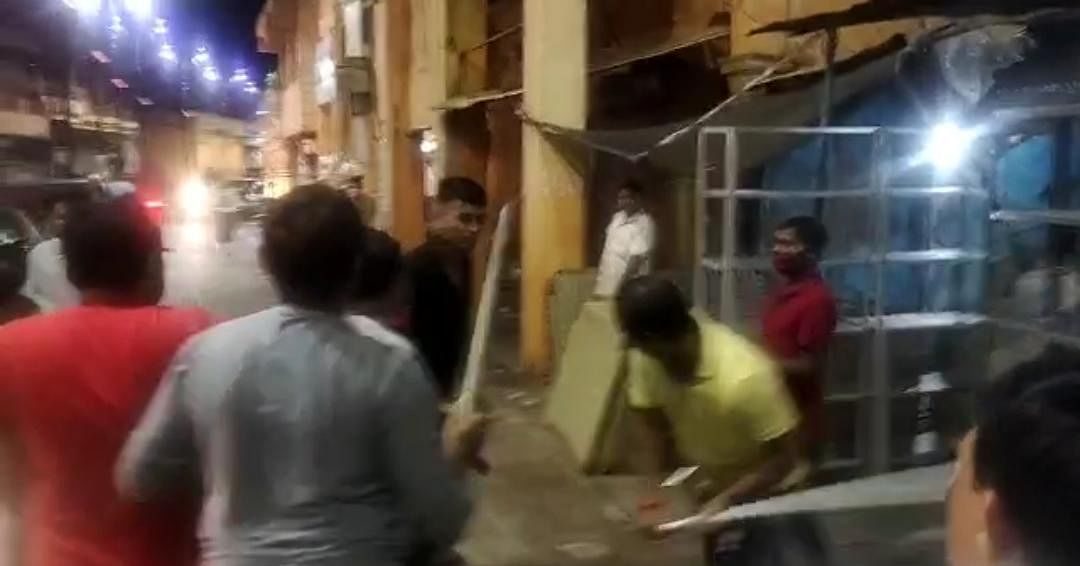 Scuffle Between Supporters Of Raja Bhaiyya And UP Minister Gopal Nandi