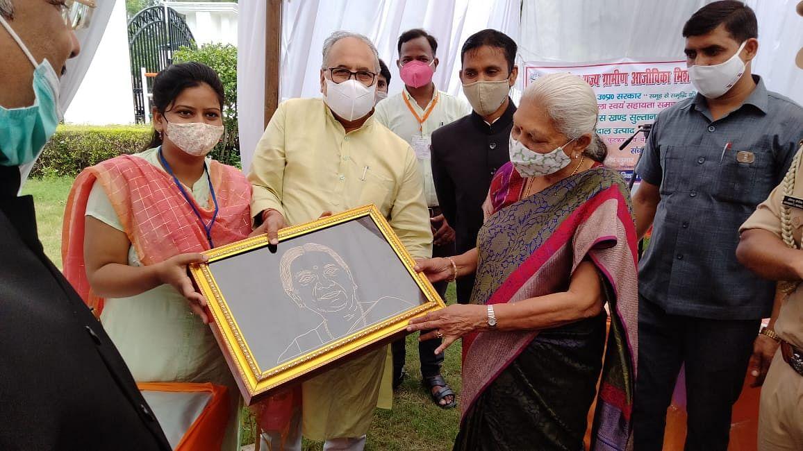 राज्यपाल आनंदीबेन पटेल ने मैनपुरी में किया कृषि विज्ञान केंद्र का निरीक्षण, किसानों से की वार्ता