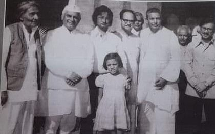 In the company of Ja nisar Akhtar Kaifi Azmi Hasan Kamal and the then CM ND Tewari at his official residence. The the director Ravi Mohan Sethi is also there.