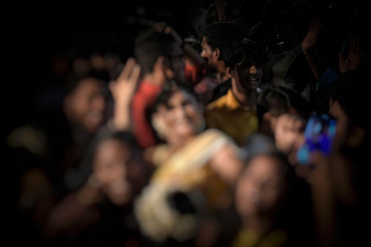 सोशल मीडिया पर महाकाल मंदिर में फिल्मी गाने पर नाचती हुई महिला का वीडियो वायरल, पुजारियों ने जताई आपत्ति