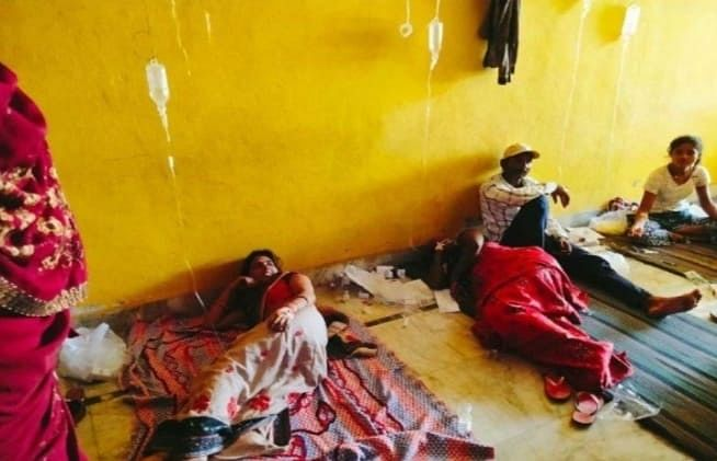 मैनपुरी में स्वास्थ्य विभाग की खुली पोल, फर्श पर लिटाकर किया जा रहा मरीजों का उपचार