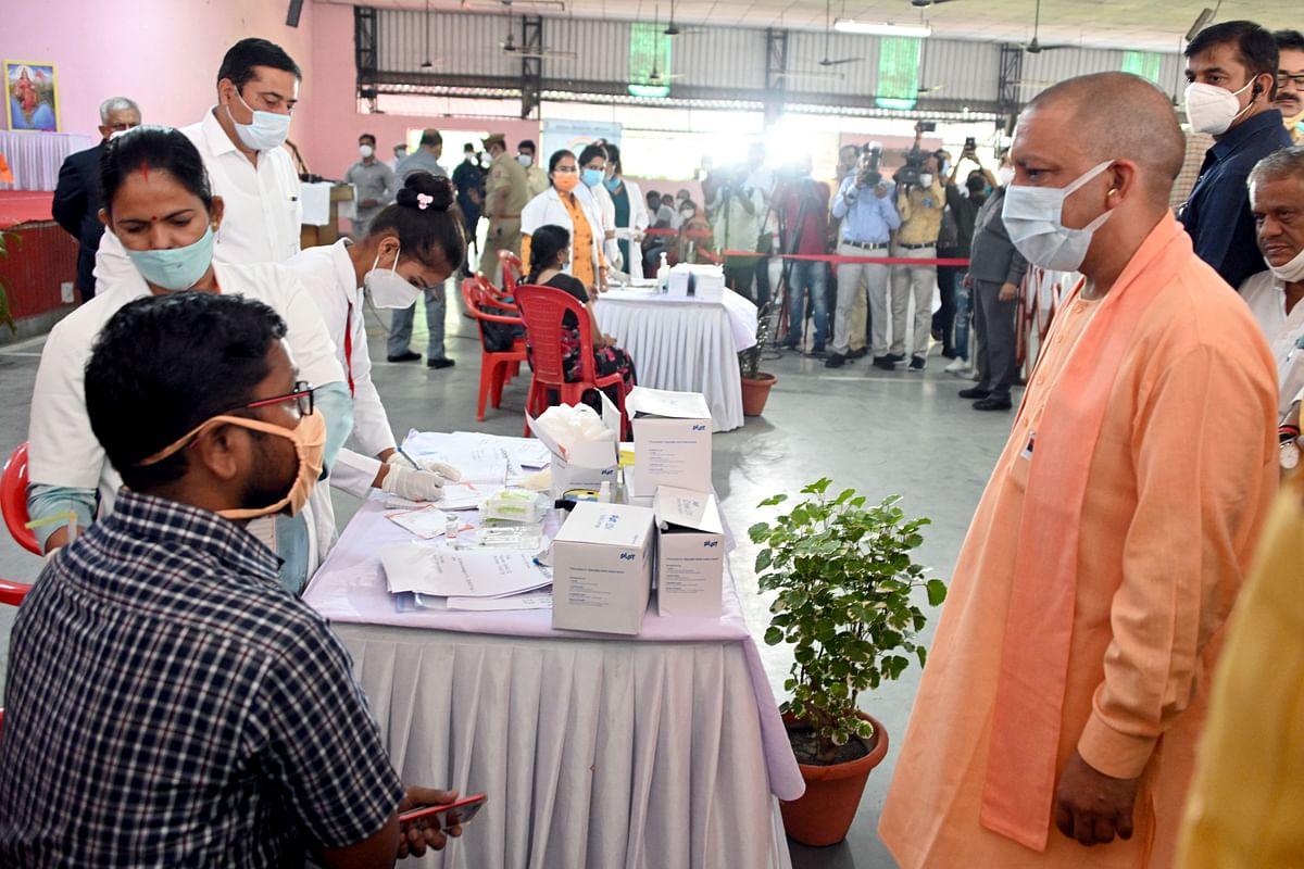 मुख्यमंत्री ने सरस्वती शिशु मन्दिर, निराला नगर में संचालित कोविड वैक्सीनेशन सेन्टर का निरीक्षण किया