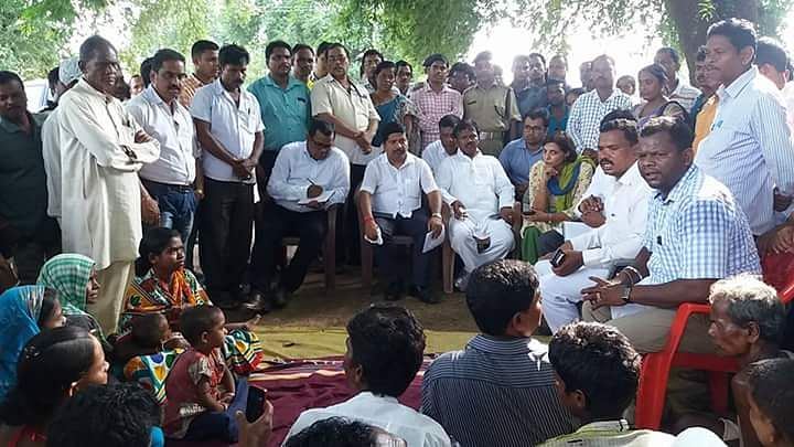 Odisha Health Minister Atanu Sabyasachi Nayak speaks to villagers. (Photo Courtesy: K Ray)