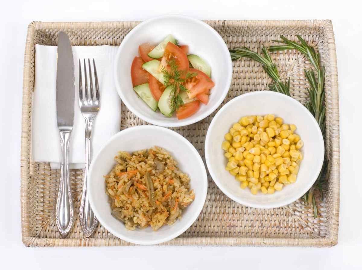 अपना रात का खाना कम करें और सोने से कम से कम 2 घंटे पहले खाएं.