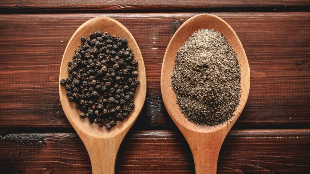 काली मिर्च विटामिन ए, सी, और के, मिनरल्स, हेल्दी फैटी एसिड से लबरेज है और प्राकृतिक रूप से मेटाबॉलिज्म बूस्टर के रूप में काम करती है.