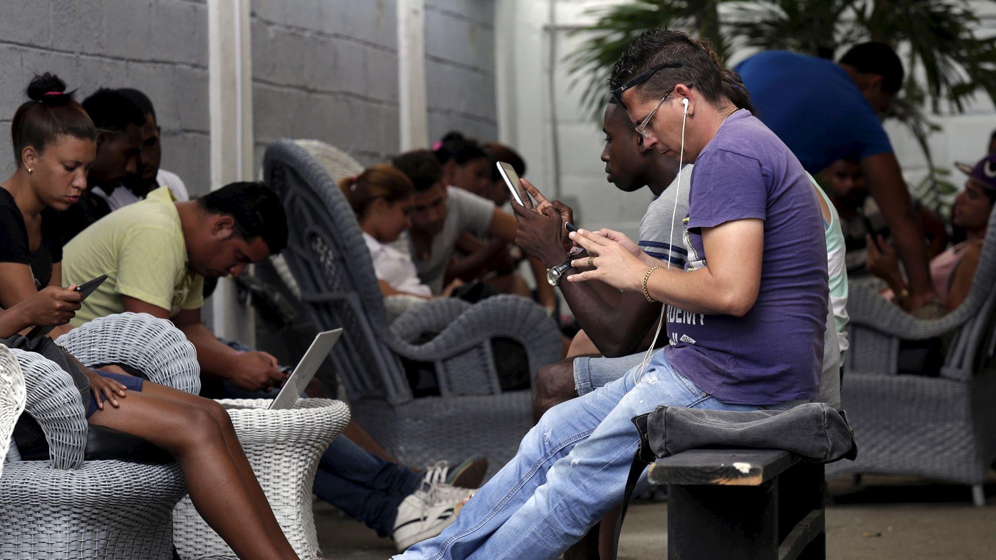 Delhi CM Promises Free WiFi; Gautam Gambhir Calls Him a 'Liar'