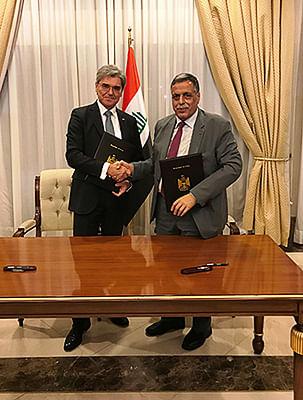 Joe Kaeser and Qasim Al-Fahdawi at the signing ceremony