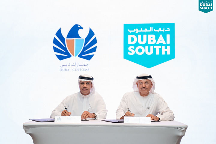 Khalifa Al Zaffin and Ahmed Mahboob Musabih signing the MoU's