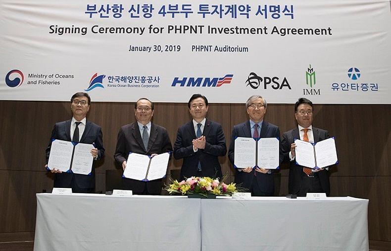 Representatives of HMM and PSA at the signing