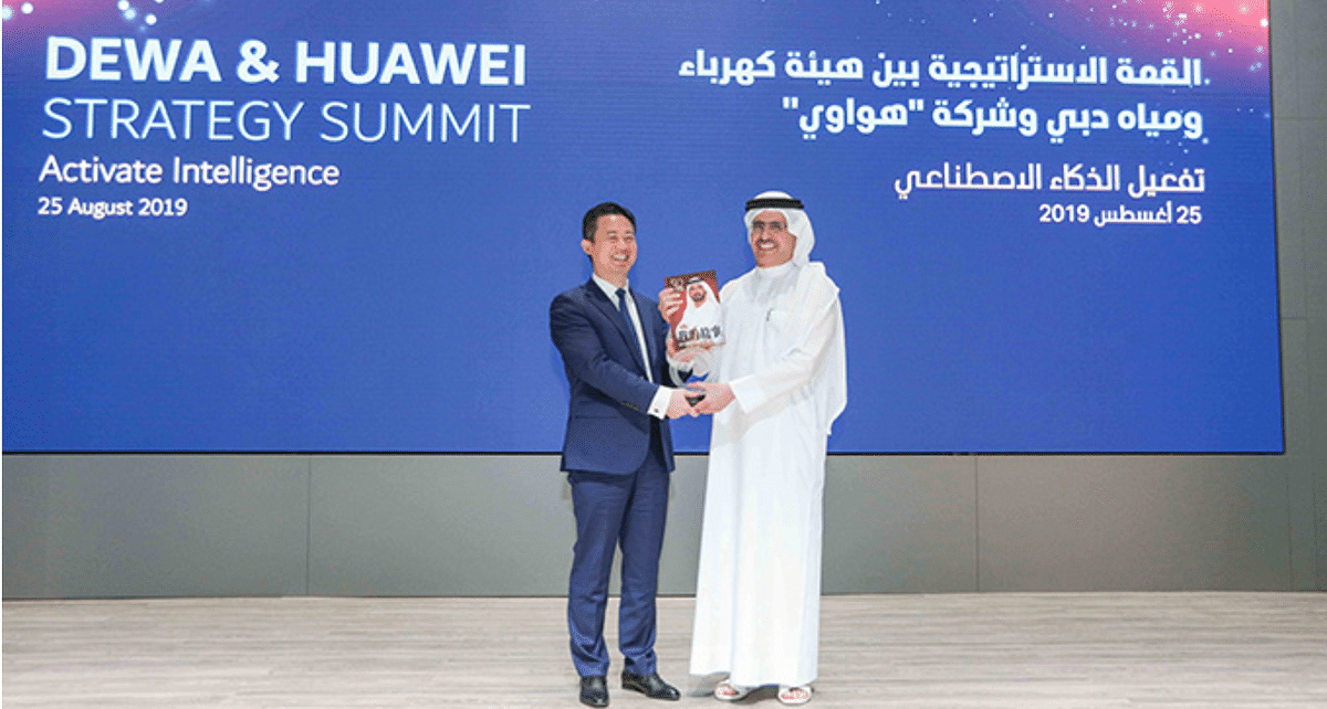 HE Saeed Mohammed Al Tayer, MD & CEO of DEWA, and Charles Yang, President of Middle East Region at Huawei Technologies celebrate the collaborative efforts of the two organizations