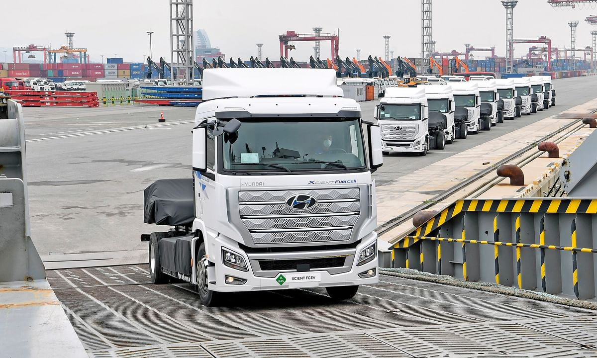Watch: Hyundai Rolls Out World's First Fuel Cell Heavy-Duty Truck