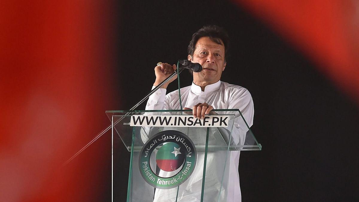 पाकिस्तान के प्रधानमंत्री इमरान खान जनता को सम्बोधित करते हुये।