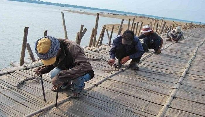ब्रिज का निर्माण करते हुए लोग
