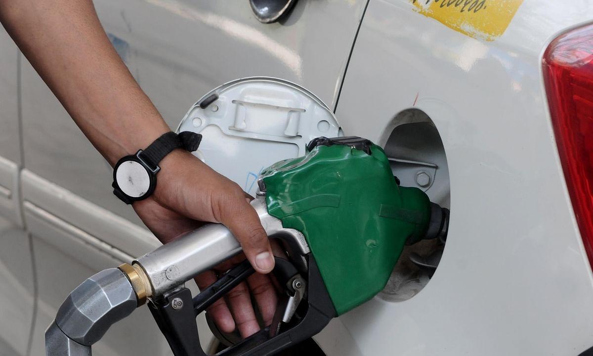 पेट्रोल, डीजल की कीमतों को दोबारा नियंत्रित करने की सरकार की कोई मंशा नहीं है: अधिकारी