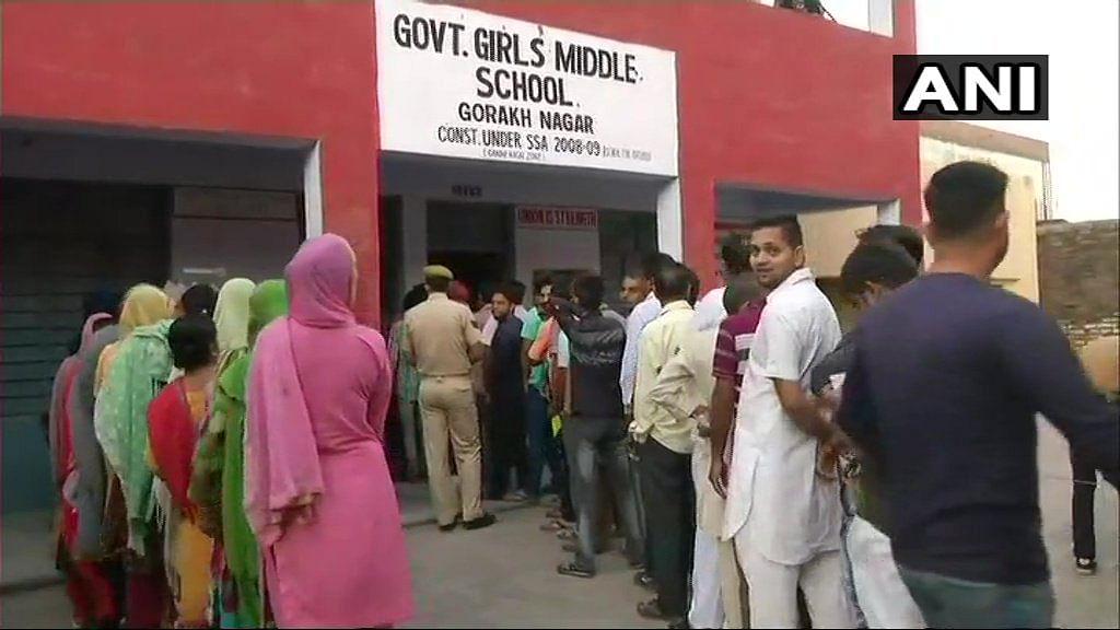 मतदान के लिए लाइन में खड़े लोग