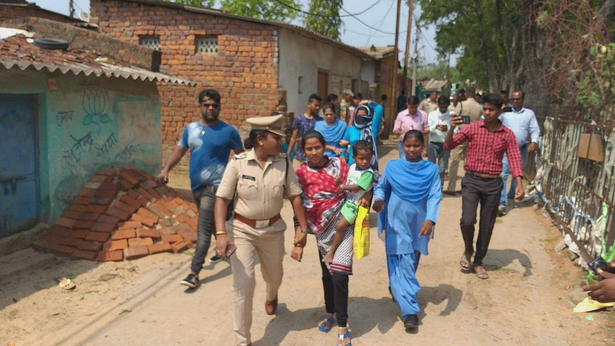 महिला को गिरफ्तार करती पुलिस
