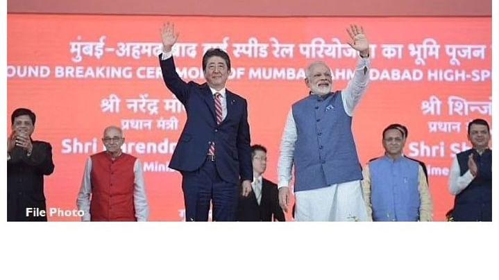 जापान के प्रधानमंत्री शिंजो आबे के साथ प्रधानमंत्री नरेंद्र मोदी